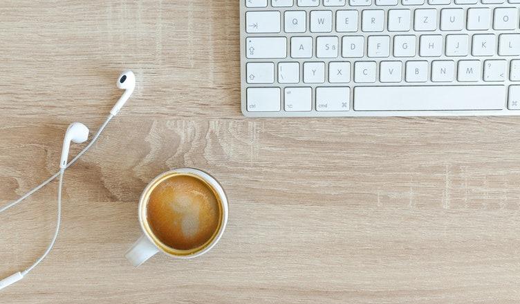 generisk foto af en kop kaffe og et tastatur