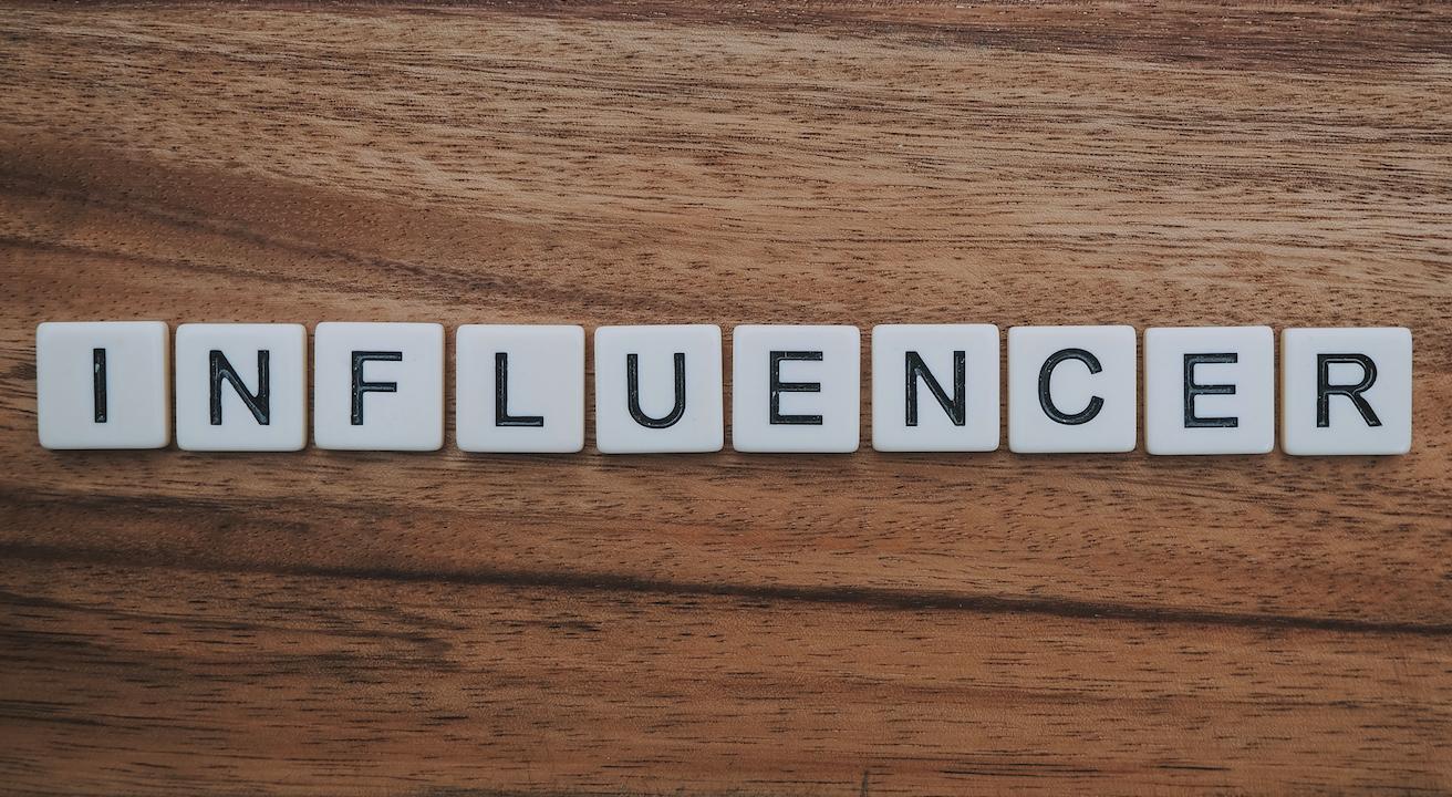 Billede, hvor der står 'influencer' med bogstaver