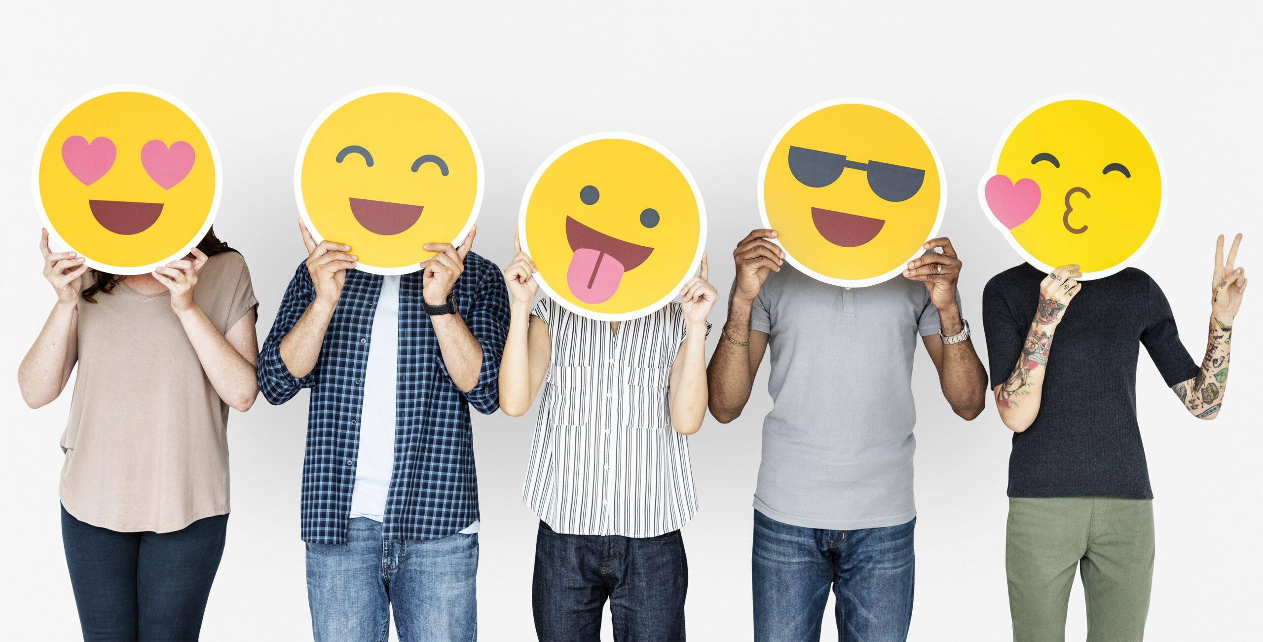 Billede af fem mennesker med emojis for ansigterne