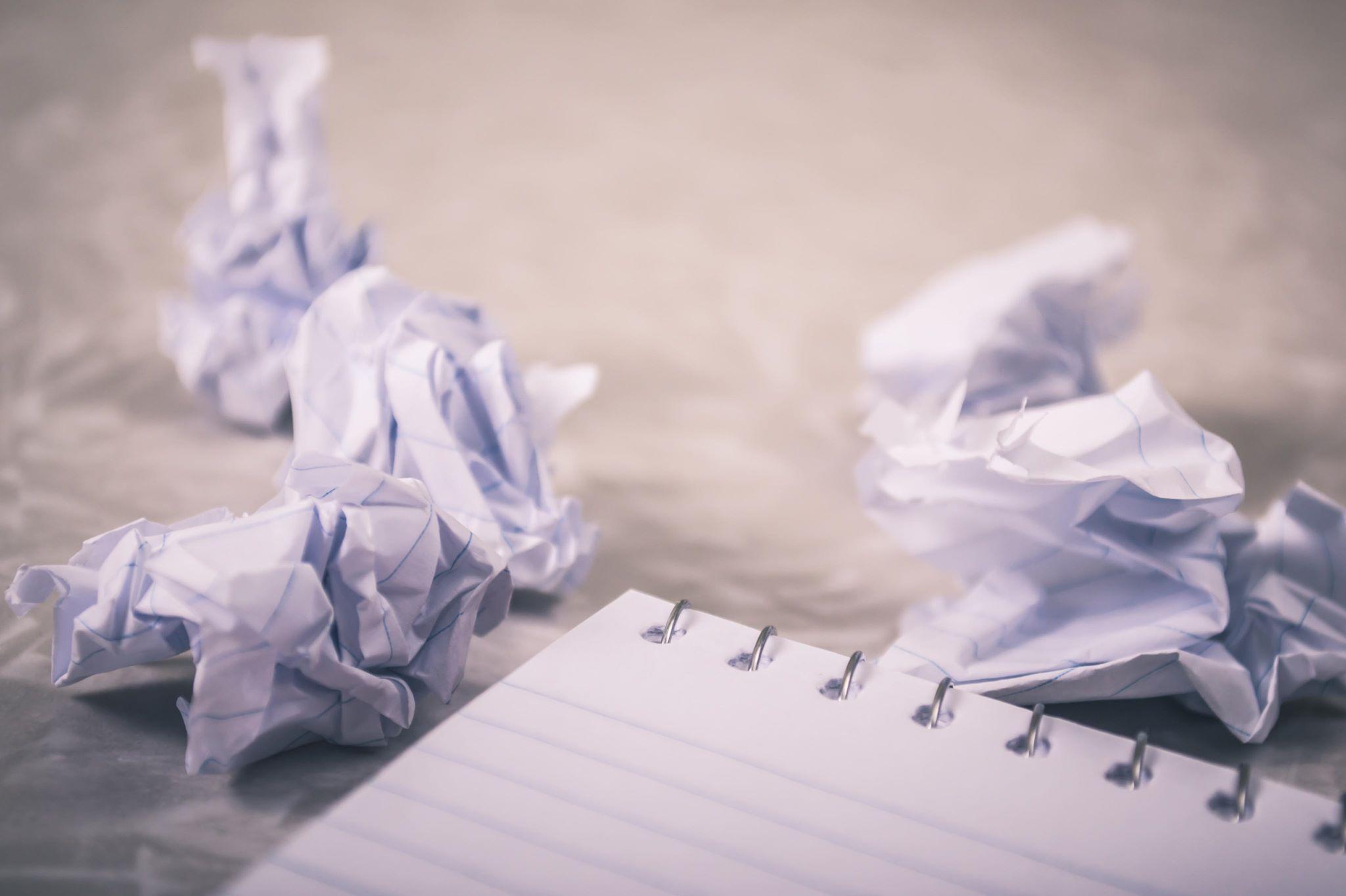 Billede af sammenkrøllet notespapir