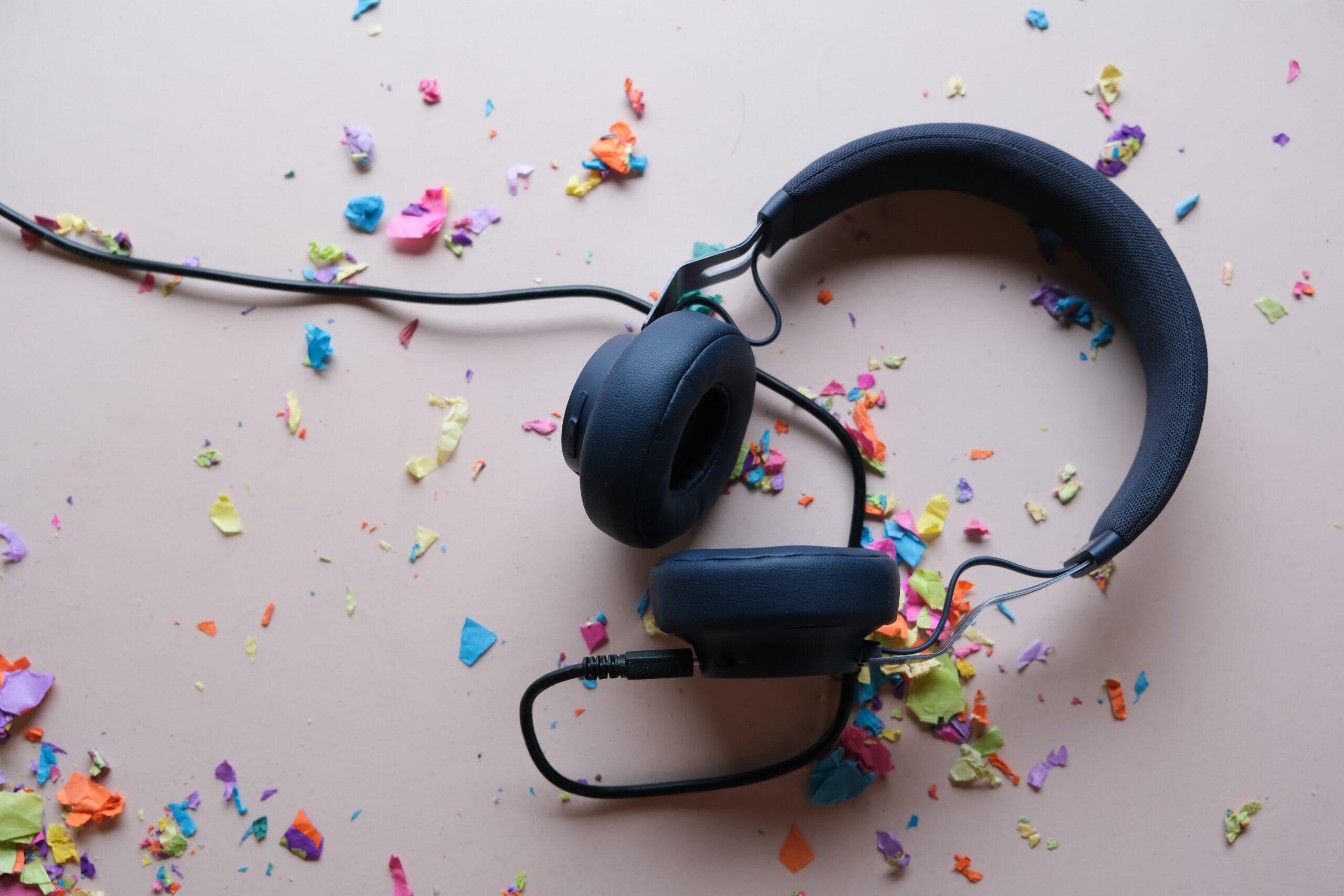 Billede af høretelefoner og konfetti