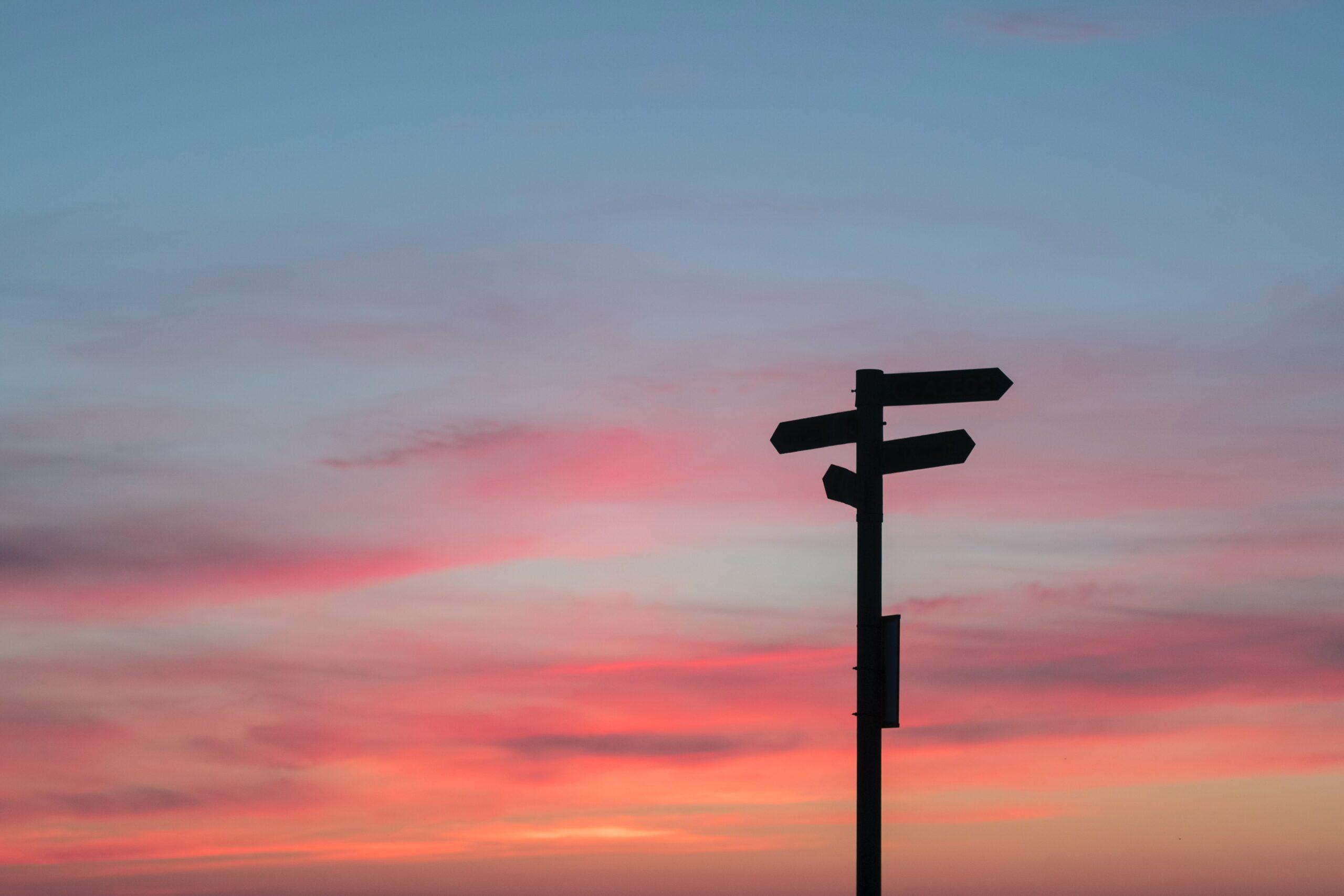 billede af vejviserskilt i solnedgang